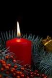 Velas ardientes rojas de la una Navidad Fotos de archivo