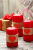 Velas ardientes rojas sobre el fondo de madera valentine Fotografía de archivo