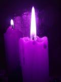 Velas ardientes violetas Fotos de archivo libres de regalías