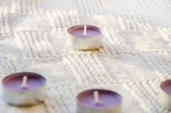 Velas aromáticas en una bufanda imagen de archivo libre de regalías