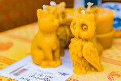 Velas artesanales hechas a mano de la cera de abejas en un mercado de los granjeros Fotos de archivo libres de regalías