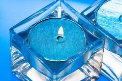 Velas azules en vidrio Fotos de archivo