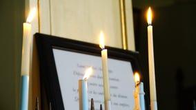 Velas blancas ardientes en el templo almacen de metraje de vídeo