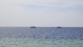 Velas blancas del yate de la nave en el agua azul del mar o del océano almacen de video