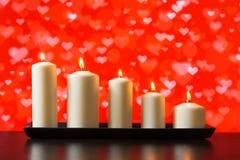 Velas blancas en el concepto de madera del día de San Valentín de la tabla Foto de archivo
