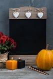 Velas, calabaza y decoración casera del otoño Imagenes de archivo