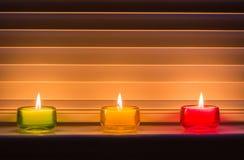 Velas coloreadas en fila Imágenes de archivo libres de regalías