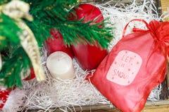 Velas coloridas de los decoratios de la Navidad y bolso rojo Foto de archivo