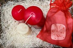 Velas coloridas de los decoratios de la Navidad y bolso rojo Fotos de archivo libres de regalías