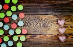 Velas coloridas de Tealight no fundo de madeira Fotos de Stock