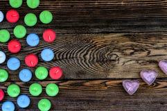 Velas coloridas de Tealight no fundo de madeira Imagem de Stock Royalty Free
