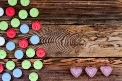 Velas coloridas de Tealight no fundo de madeira Fotografia de Stock Royalty Free