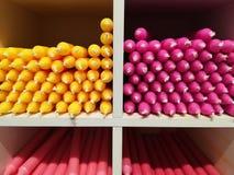 Velas coloridas na prateleira da loja fotografia de stock royalty free