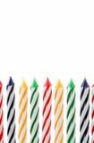 Velas coloridas verticales contra el fondo blanco imagenes de archivo