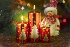 Velas con las decoraciones de la Navidad en luz atmosférica Fotos de archivo