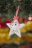 Velas con las decoraciones de la Navidad en luz atmosférica Foto de archivo libre de regalías