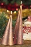Velas con las decoraciones de la Navidad en luz atmosférica Imágenes de archivo libres de regalías