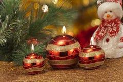 Velas con las decoraciones de la Navidad en luz atmosférica Fotografía de archivo