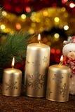 Velas con las decoraciones de la Navidad en luz atmosférica Imagenes de archivo