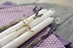 Velas con lavanda seca Imagen de archivo libre de regalías