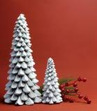 Velas da árvore do White Christmas com do pinho e das bagas do feriado vida ainda Fotografia de Stock