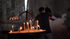 Velas da iluminação em uma igreja vídeos de arquivo
