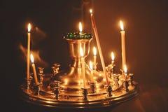 Velas da iluminação em uma igreja Fotografia de Stock