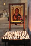 Velas da luz na igreja da multiplicação Foto de Stock
