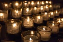 Velas da oração em uma igreja Fotos de Stock Royalty Free