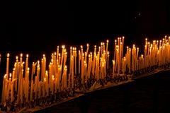 Velas das luzes na obscuridade Foto de Stock Royalty Free