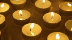 Velas de fondo de las luces, decoración ardiente de la vela almacen de metraje de vídeo