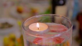 Velas de fondo ligero Llama de vela en forma de corazón del día del ` s de la tarjeta del día de San Valentín en la noche almacen de metraje de vídeo