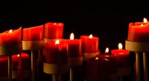 Velas de fusión del Lit rojo en fondo negro Foto de archivo libre de regalías