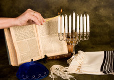 Velas de hanukkah da iluminação Fotos de Stock Royalty Free
