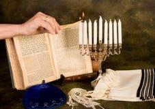 Velas de hanukkah de la iluminación fotos de archivo libres de regalías