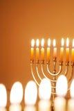 Velas de Hanukkah que brillan intensamente imagen de archivo libre de regalías
