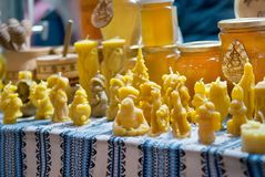 Velas de la cera de abejas en mercado de la Navidad Imágenes de archivo libres de regalías
