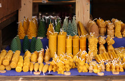 Velas de la cera de abejas en el mercado de la Navidad Imagen de archivo