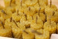 Velas de la cera fragante de la abeja del panal Fotos de archivo