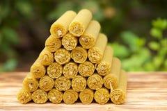 Velas de la cera fragante de la abeja del panal Fotografía de archivo libre de regalías
