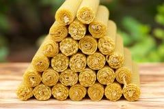 Velas de la cera fragante de la abeja del panal Fotos de archivo libres de regalías