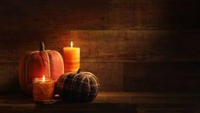Velas de la cosecha del otoño y Pumkins bordado en el vídeo de madera retro del fondo almacen de video