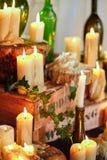 Velas de la decoración de cena de boda composición con las velas gruesas en el piso foto de archivo libre de regalías