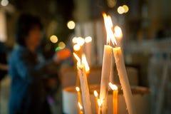 Velas de la iglesia en el fondo de las mujeres fotos de archivo libres de regalías