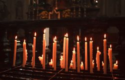 Velas de la iluminación en una iglesia Fotografía de archivo libre de regalías