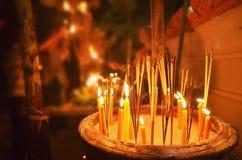 Velas de la iluminación para adorar al Buda en el extremo del budista prestado Foto de archivo
