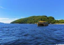 Velas de la lancha de carreras en el mar cerca de la isla foto de archivo libre de regalías