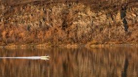Velas de la motora a lo largo del rive Foto de archivo libre de regalías