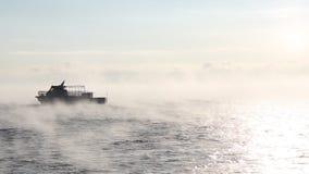 Velas de la nave en el lago Baikal que flota de helada en enero almacen de video
