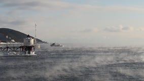 Velas de la nave en el lago Baikal que flota de helada en enero metrajes